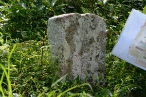 「右 たしから、左はしかみ」と刻された道標(度会町南中村)