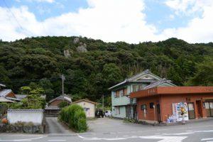 井田屋越しに望むどんぶり岩(度会町南中村)