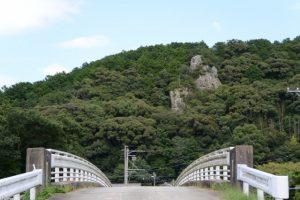 久留橋(一之瀬川)付近から望むどんぶり岩