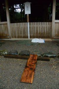 拝殿前に置かれた木板の作業路、坂社(伊勢市八日市場町)