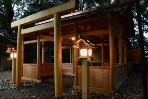 造替された拝殿前の常夜燈、上社(伊勢市辻久留)