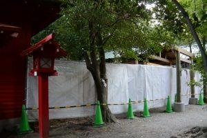 前面に工事用のネットが張られた並社、須原大社(伊勢市一之木)