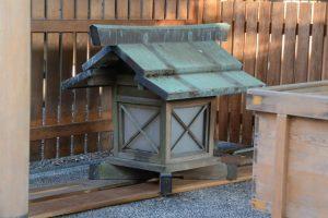 拝殿下に置かれた造替前の常夜燈、今社(伊勢市宮町)