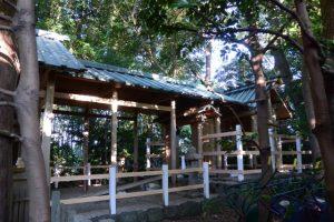 本殿へと続く工事用の作業路と横板が取り付けられた御垣の柱、坂社(伊勢市八日市場町)