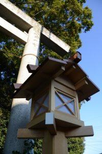 道路前の大きな鳥居には見上げるほどに背の高い常夜燈、上社(伊勢市辻久留)