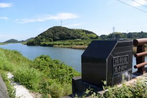 堀割橋(五十鈴川)から遠望する鏡宮神社、朝熊神社方向