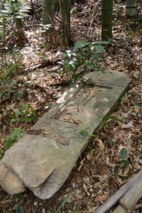 五輪塔や墓石(堀割橋から五十鈴川右岸を上流方向へ)