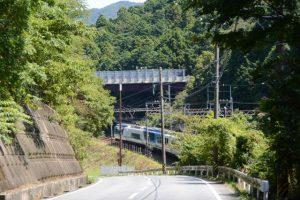 伊勢市と鳥羽市の境界付近(県道37号)から望んだ観光特急しまかぜ