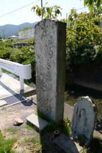 西の辻橋(紙漉川)付近に建つ道標