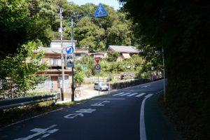 伊勢志摩スカイラインの高架が近くにあるY字路(鳥羽市鳥羽)