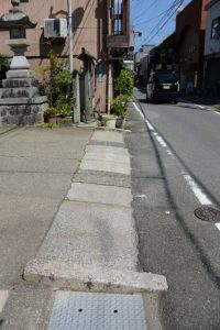 賀多神社の参道入口付近(鳥羽市鳥羽)