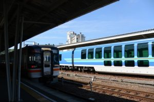 JR快速みえと近鉄観光特急しまかぜ(鳥羽駅)