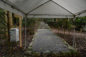 御遷座当日の早朝、関係者以外立入禁止が解除されていた津長神社(皇大神宮 摂社)への参道