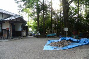 坂銀杏の前に残されたお白石、坂社(伊勢市八日市場町)