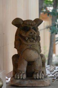 本殿前に戻された木彫の狛犬、上社(伊勢市辻久留)