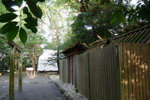 仮殿となっている大間国生神社から眺めた大修繕が続けられる草奈伎神社