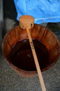 手水舎付近に置かれた桶と柄杓、須原大社(伊勢市一之木)