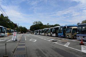 観光バスで満車の内宮A2駐車場(宇治橋付近)