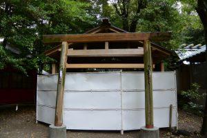 並社前の工事用シートがフェンスに、須原大社(伊勢市一之木)