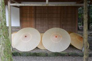 斎館前に並べられた番傘(神服織機殿神社)