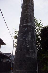 河崎で見つけた電柱に直書きのほぼ消えた広告(伊勢市河崎)