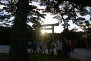 鳥居からの日の出を楽しむ宇治橋前(内宮)