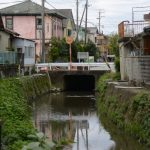 道路の先に突然現れる川は暗渠(伊勢市大世古)