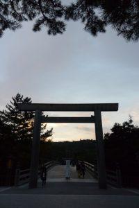 「橋面は滑りやすくなっています ご注意下さい」看板が立つ宇治橋(五十鈴川)の西詰