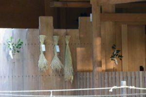 神嘗祭、土宮の瑞垣に掛けられた「伊勢神宮カケチカラ会」初穂の稲束