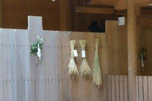 神嘗祭、風宮の瑞垣に掛けられた「伊勢神宮カケチカラ会」初穂の稲束