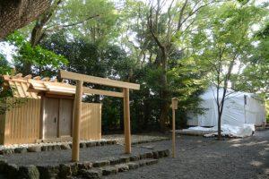 草奈伎神社と覆屋が掛けられた大間国生神社(豊受大神宮 摂社)