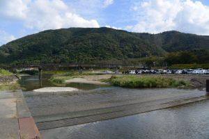 左岸の河川敷から望む御側橋(五十鈴川)