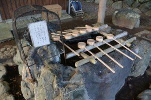 多数の柄杓が奉納された手水舎、上社(伊勢市辻久留)