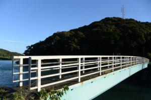 朝熊川に架かる歩道橋、鏡宮神社から朝熊神社へ