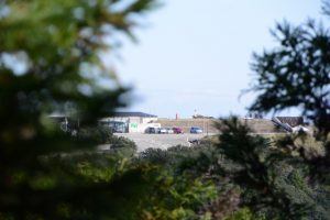 金剛證寺へと向かう参道から望む朝熊山頂展望台に立つ天空のポスト