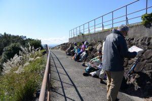 朝熊山頂展望台にて強風を避けながらの昼食