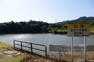「危険 立ち入り禁止」だった阿射加神社付近の池(松阪市大阿坂町)
