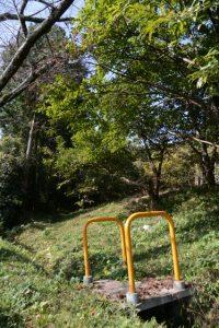 案内板から高城跡への小道(松阪市大阿坂町)