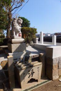 手水石の屋根が切り取られていた牟山中臣神社(伊勢市田尻町)