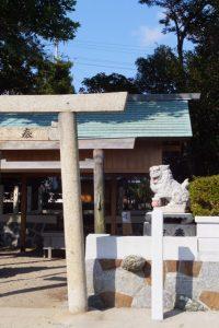 手水石の屋根が切り取られていた牟山中臣神社(伊勢市田尻町