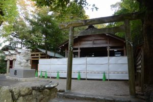 本殿も拝殿も工事用のフェンスで囲われていた須原大社(伊勢市一之木)
