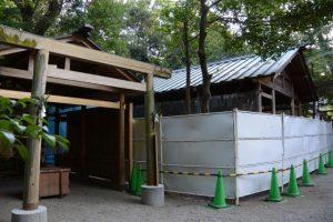 仮殿となっている並社と本殿も拝殿も工事用のフェンスで囲われていた須原大社(伊勢市一之木)
