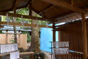 並社から望む工事用シートで囲われていた須原大社の本殿