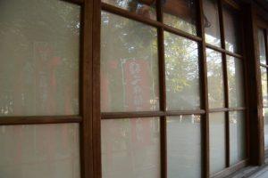 味のある社務所の窓ガラス、坂社(伊勢市八日市場町)