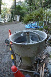 参道に置かれていた工事用の道具、宇治神社(伊勢市宇治今在家町)