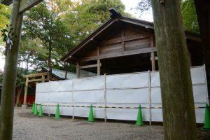 工事用のフェンスで囲われた須原大社(伊勢市一之木)