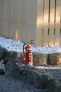 大修繕を終えた大間国生神社の前に置かれた消火器