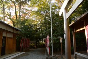 社務所前から望む吉家神社の参道方向(河邊七種神社)