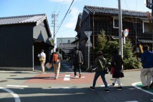 ③字八ツ町の街並み、北新橋(右)への十字路