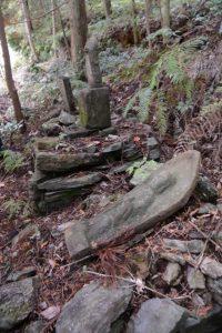 立岡墓地近くの石造物